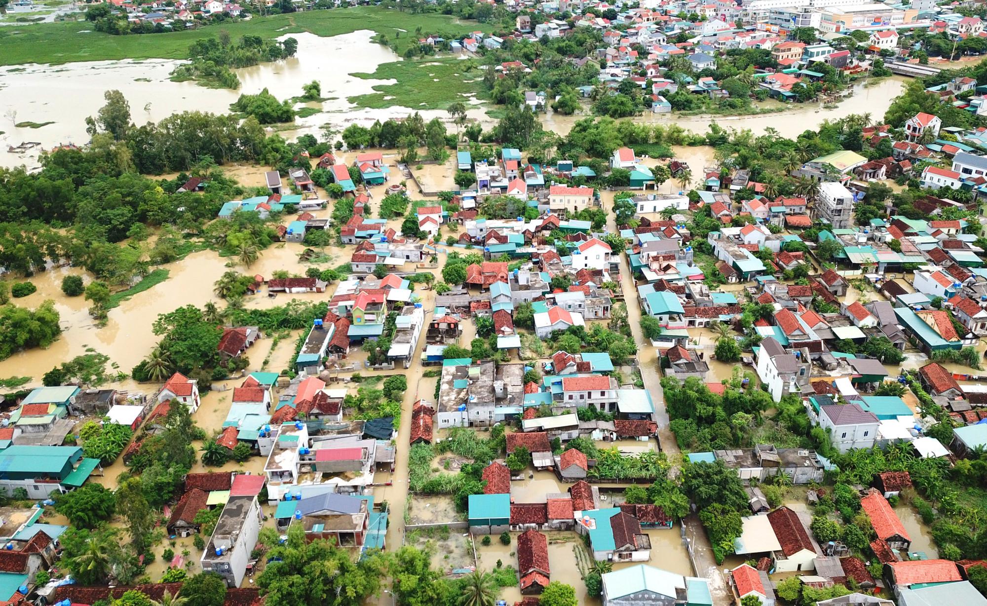 Đợt mưa với lưu lượng 582mm ghi nhận được tại huyện Quỳnh Lưu trong những ngày qua được xem là đợt mưa lớn nhất trong vòng 25 năm qua. Hàng ngàn ngôi nhà bị ngập nước, trong đó nhiều nơi bị ngập sâu trên 1m đã khiến cuộc sống người dân bị đảo lộn.
