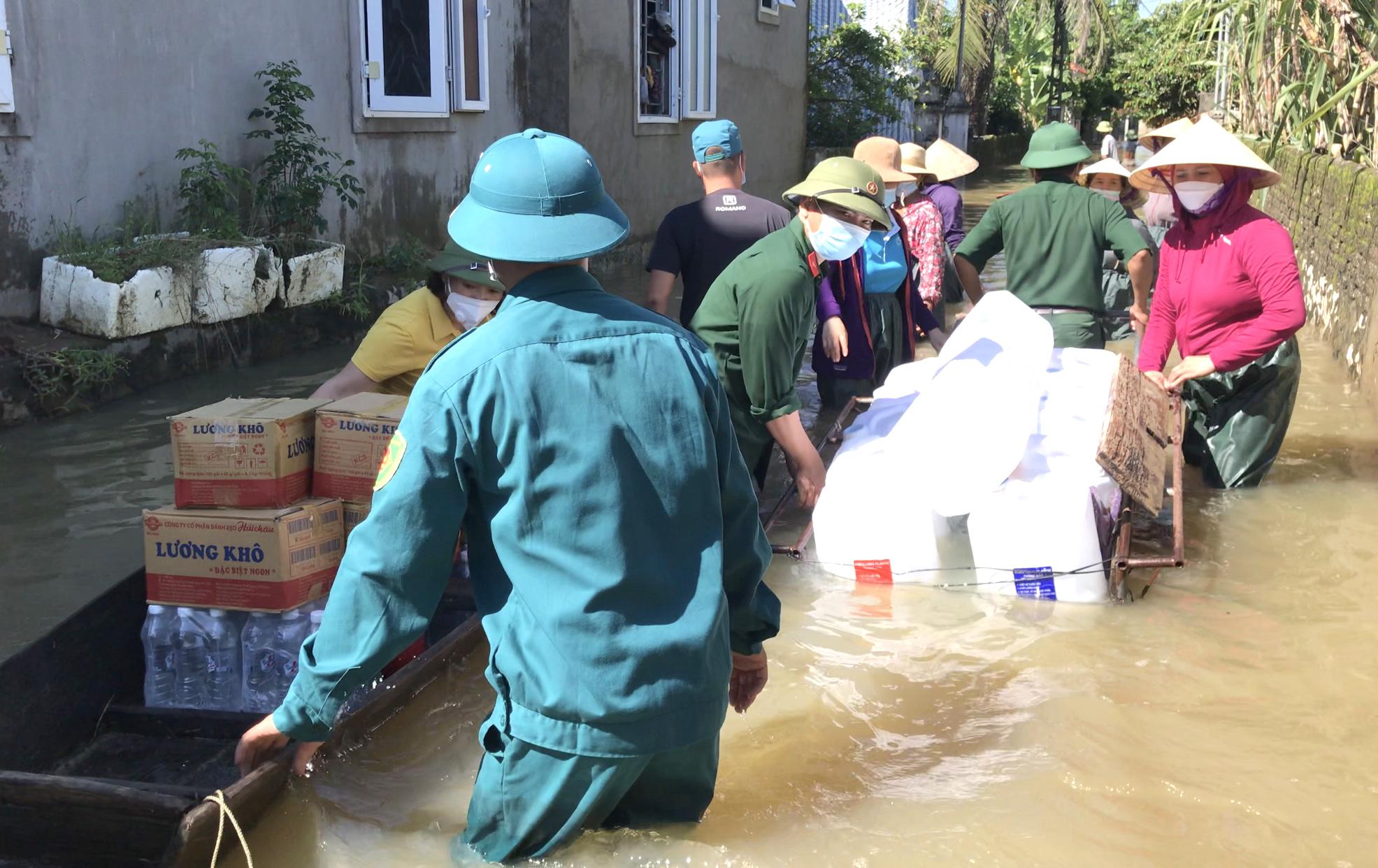 Nắng lên, dòng nước đục cũng dần rút để lại những hỗn độn cho người dân. Đặc biệt, nước sạch là một trong những thứ cấp bách do nguồn nước sạch bị mất.