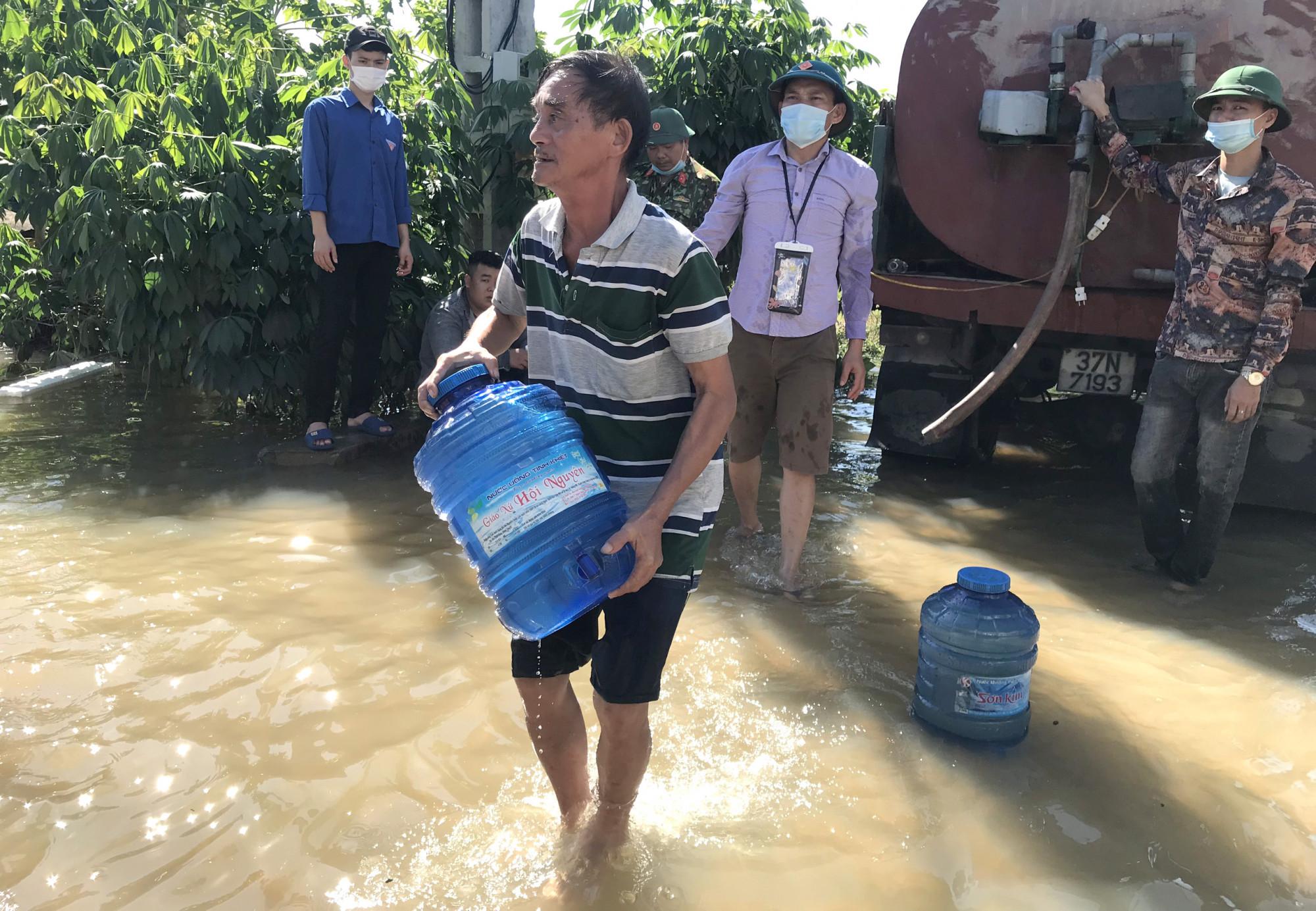 Trước tình hình đó, lực lượng chức năng đã dùng các xe bồn chở nước sạch vào các vùng ngập để hỗ trợ người dân có nước sinh hoạt. Những nơi vẫn còn ngập sâu, nước sạch sẽ được đóng trong các can nhựa 20l rồi vận chuyển vào.