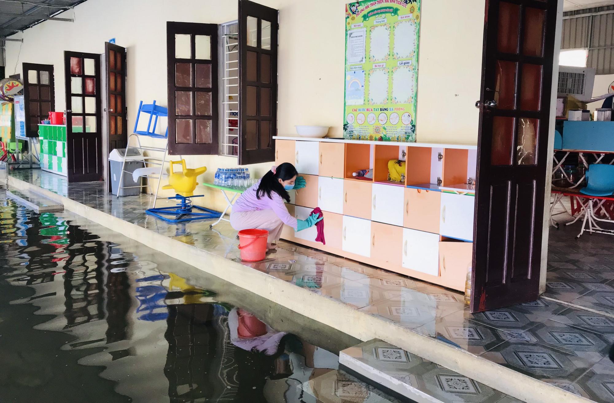 Với mong muốn học sinh sớm được quay lại trường học, các giáo viên ở các trường bị ngập được huy động đến trường dọn dẹp. Nước rút đến đâu, các cô tranh thủ lau bùn đất đến đó, tránh những lớp bùn non bám khô trên tường, đồ dùng học tập.