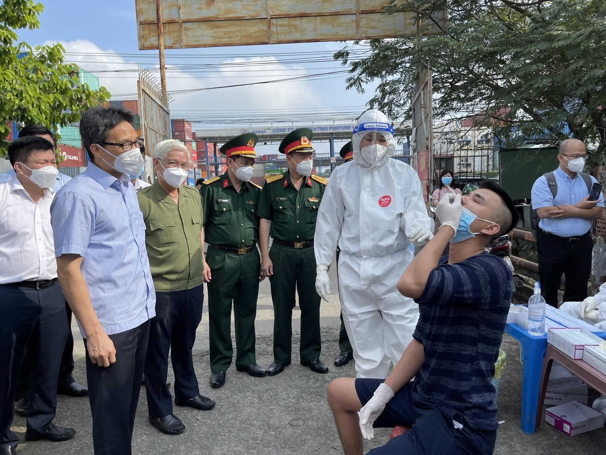 Phó thủ tướng cho rằng lực lượng y tế chưa hướng dẫn kỹ cho người dân khi tự lấy mẫu. Ảnh: L.T