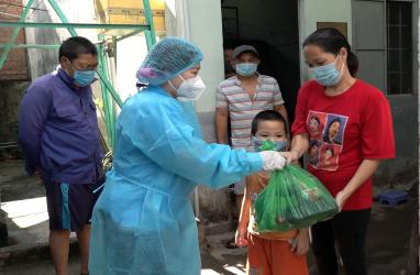 Liên đoàn Lao động TP Biên Hòa trao quà cho người dân khu nhà trọ. Ảnh: TP Biên Hòa