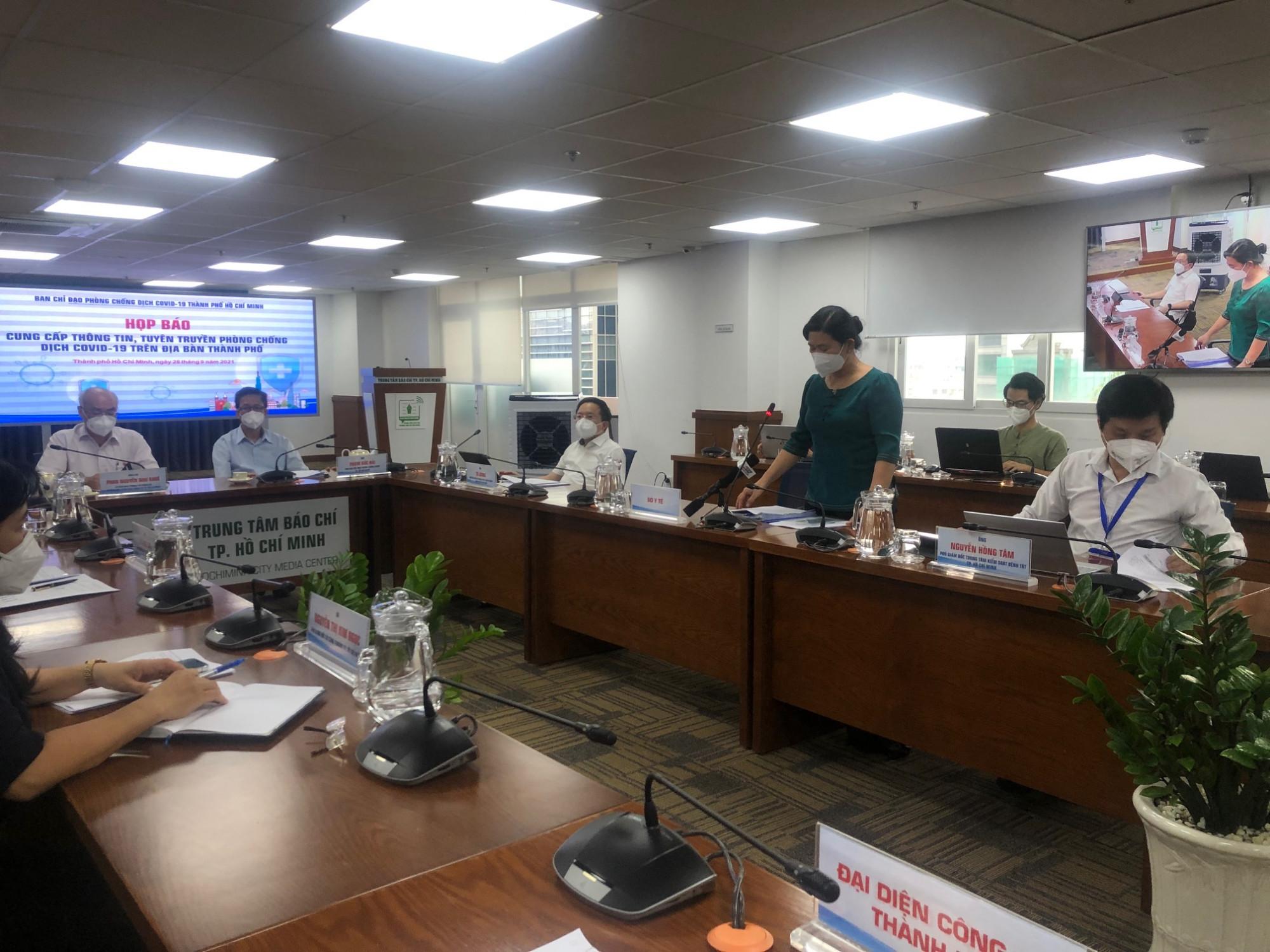 Bác sĩ Nguyễn Thị Huỳnh Mai - Chánh văn phòng Sở Y tế TPHCM - trả lời báo chí chiều 28/9. Ảnh: Quốc Ngọc