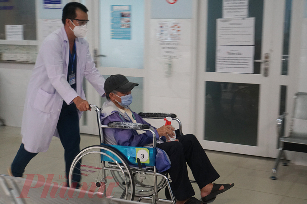 Một cụ ông mắc bệnh, bí tiểu nhiều ngày, khi đến khám thì không còn chịu nổi, bác sĩ phải mang xe lăn ra phía ngoài đẩy cụ đi cấp cứu