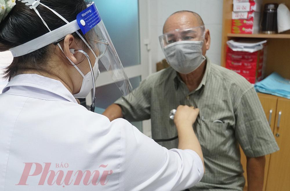 Sau khi sàng lọc thêm một lần nữa bằng cách kiểm tra thông tin bệnh nhân trên hệ thống, hỏi bệnh sử, bác sĩ bắt đầu khám bệnh cho mọi người. Cả người bệnh, nhân viên y tế đều ý thức cao độ trong phòng bệnh mặc dù bệnh viện tiếp nhận bệnh nhân mắc bệnh thông thường
