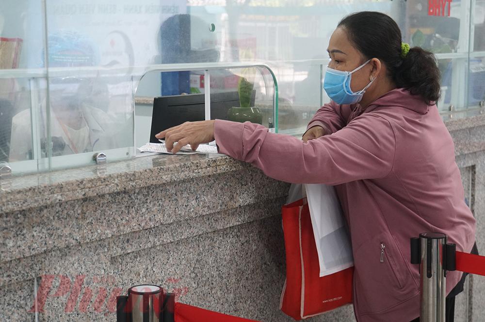Mắc huyết áp, tiểu đường hơn 10 năm, bà T.T.H.L. (52 tuổi, ở phường Bình Thuận, quận 7) lặp tức đến khám bệnh: Hôm qua con tôi đọc tin tức thấy Bệnh viện Quận 7 sẽ khám bệnh thông thường lại, tôi mừng lắm, sáng nay đến khám liền. Mấy tháng trước dịch, tôi nhiều bệnh nền, không dám đi khám cứ lấy toa thuốc cũ của bác sĩ ra tiệm thuốc tây mua uống cầm chừng, bây giờ phải khám ngay bởi bỏ qua 3 kỳ khám bệnh rồi.