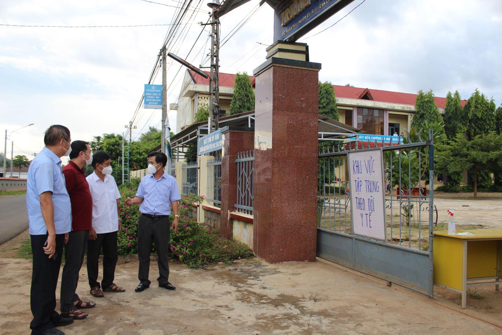 Lãnh đạo huyện Cư Kuin đi kiểm tra công tác phòng, chống dịch (Ảnh: Nguyễn Tứ Việt)