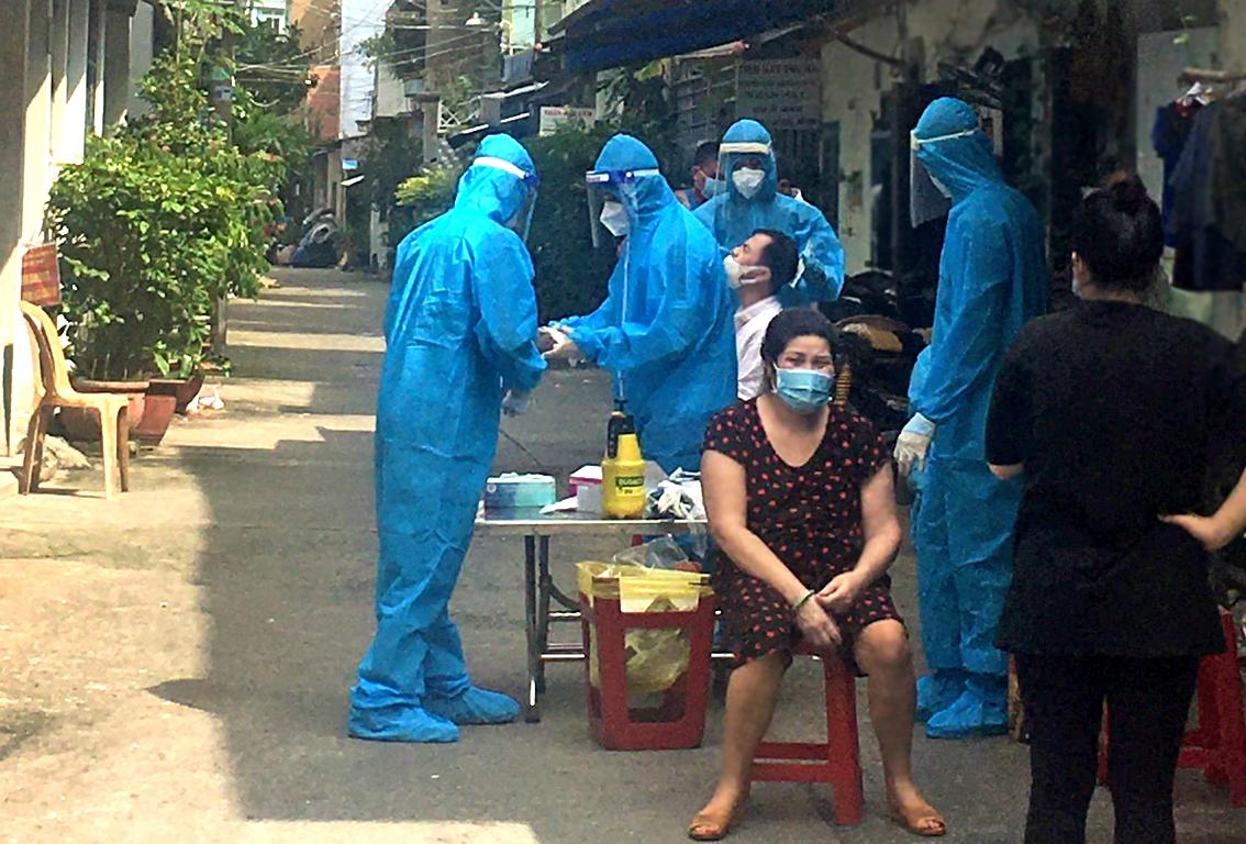 Xét nghiệm diện rộng tại P.Phú Trung, Q.Tân Phú, TP.HCM trong ngày 28/9 - ẢNH: QUỐC NGỌC