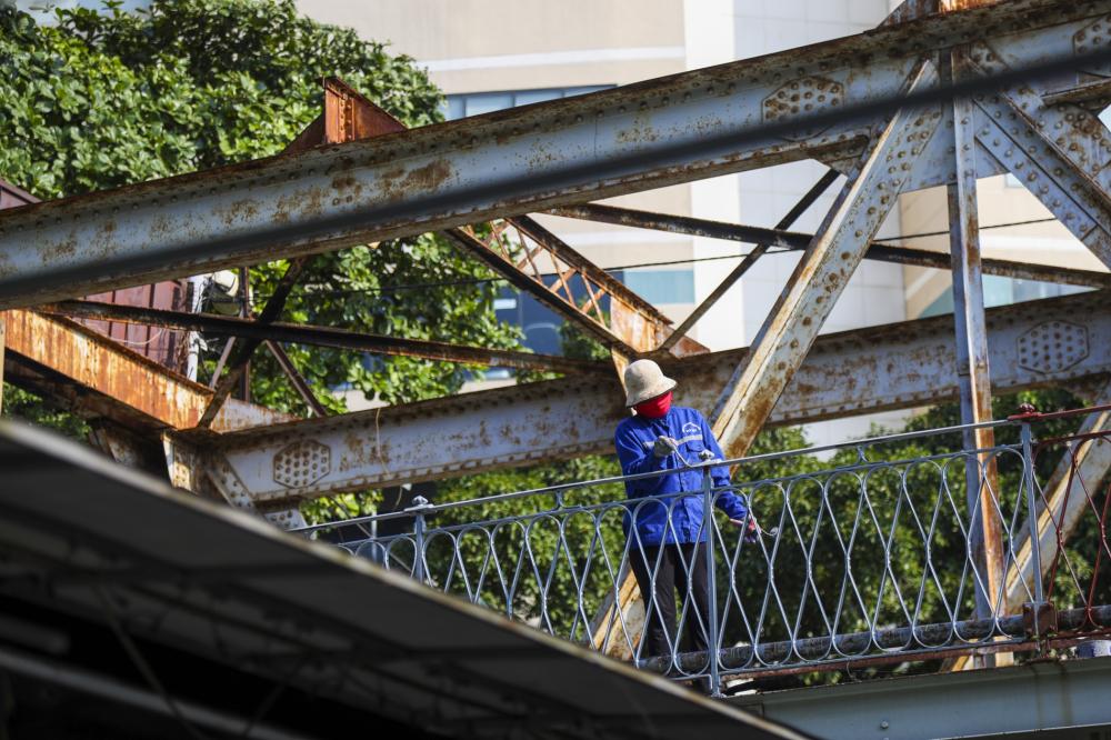 Để bảo vệ cầu Long Biên, từ ngày 18/9, Công ty CP Đường sắt Hà Hải (Tổng công ty Đường sắt Việt Nam - VNR) đã huy động các công nhân tiến hành sơn mới lại thành cầu.