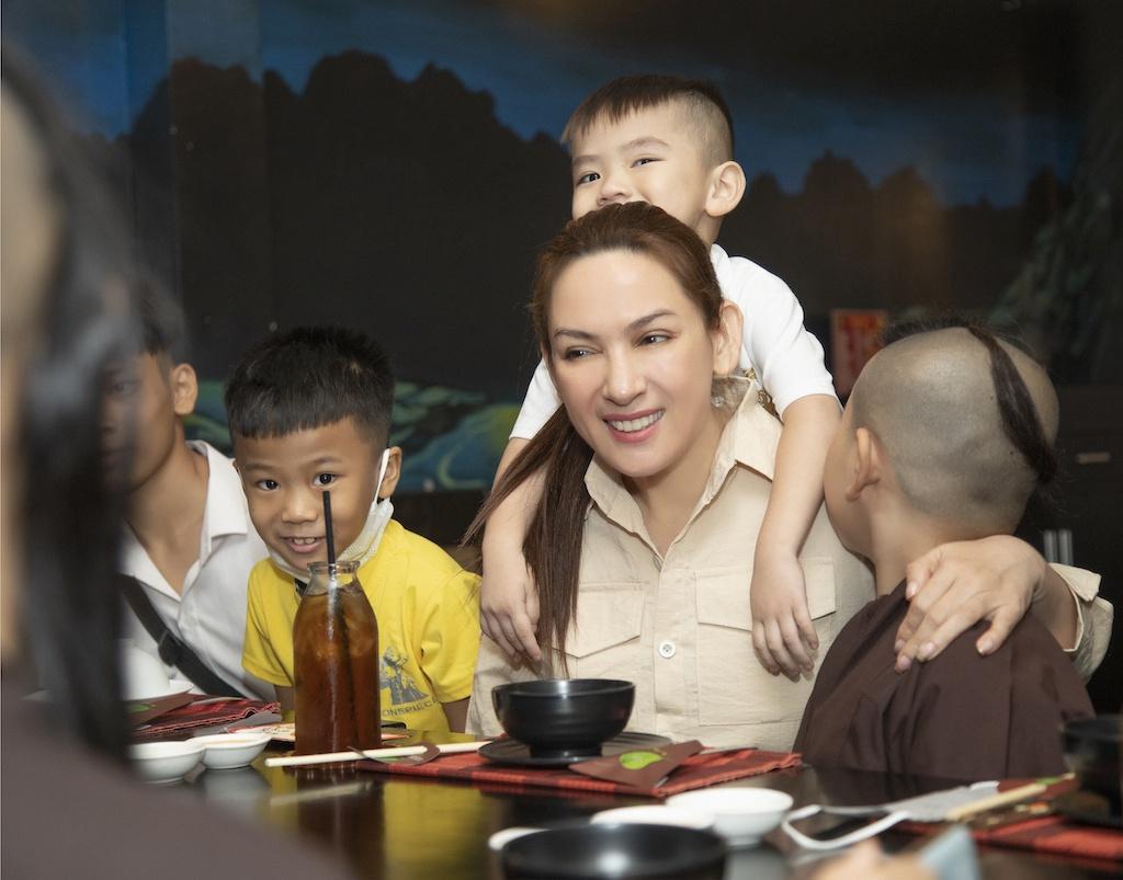 Sinh thời, ca sĩ Phi Nhung nhận nuôi 23 đứa trẻ, trong đó có những bé có hoàn cảnh khó khăn, có bé mồ côi cha mẹ, bị bỏ rơi