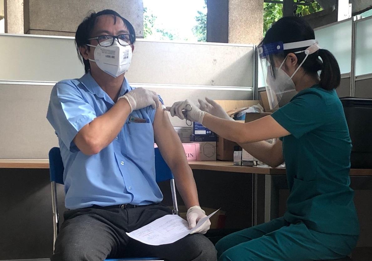 Tiêm vắc xin ngừa COVID-19 tại TPHCM. Ảnh: Quốc Ngọc