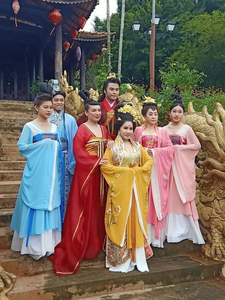 CS Phi Nhung và dàn nghệ sĩ tham gia trong Mai Hoài Trinh