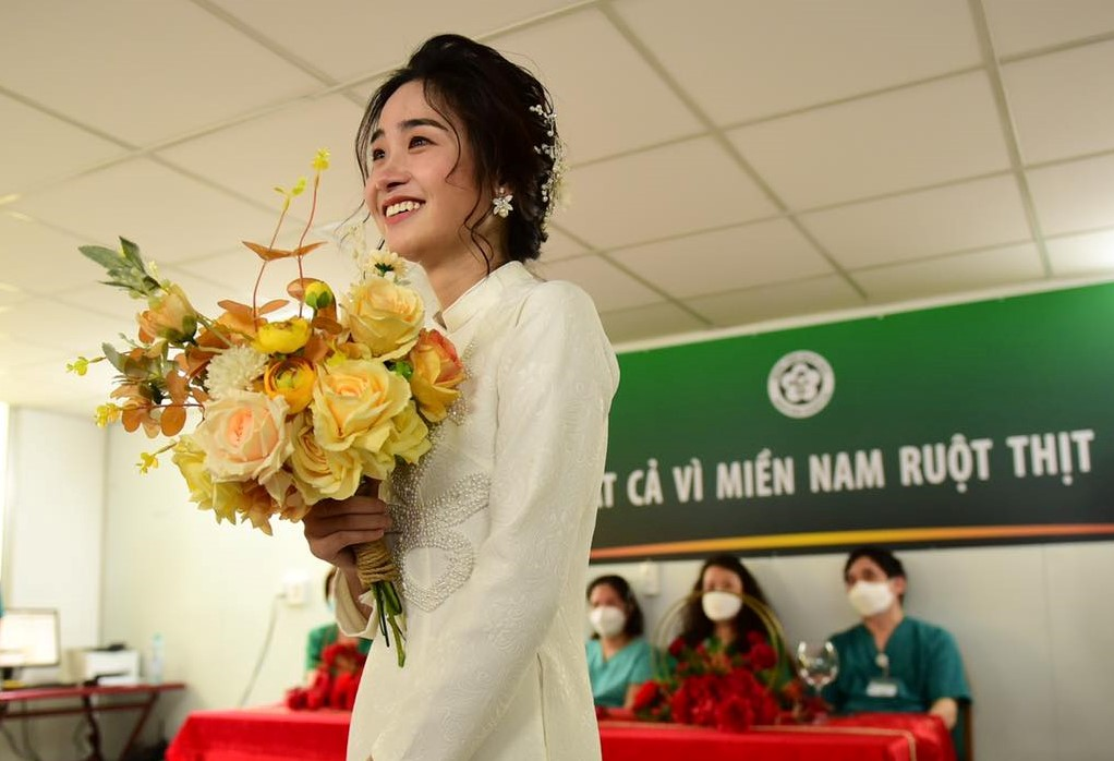 Cô dâu đang theo dõi lễ cưới của mình