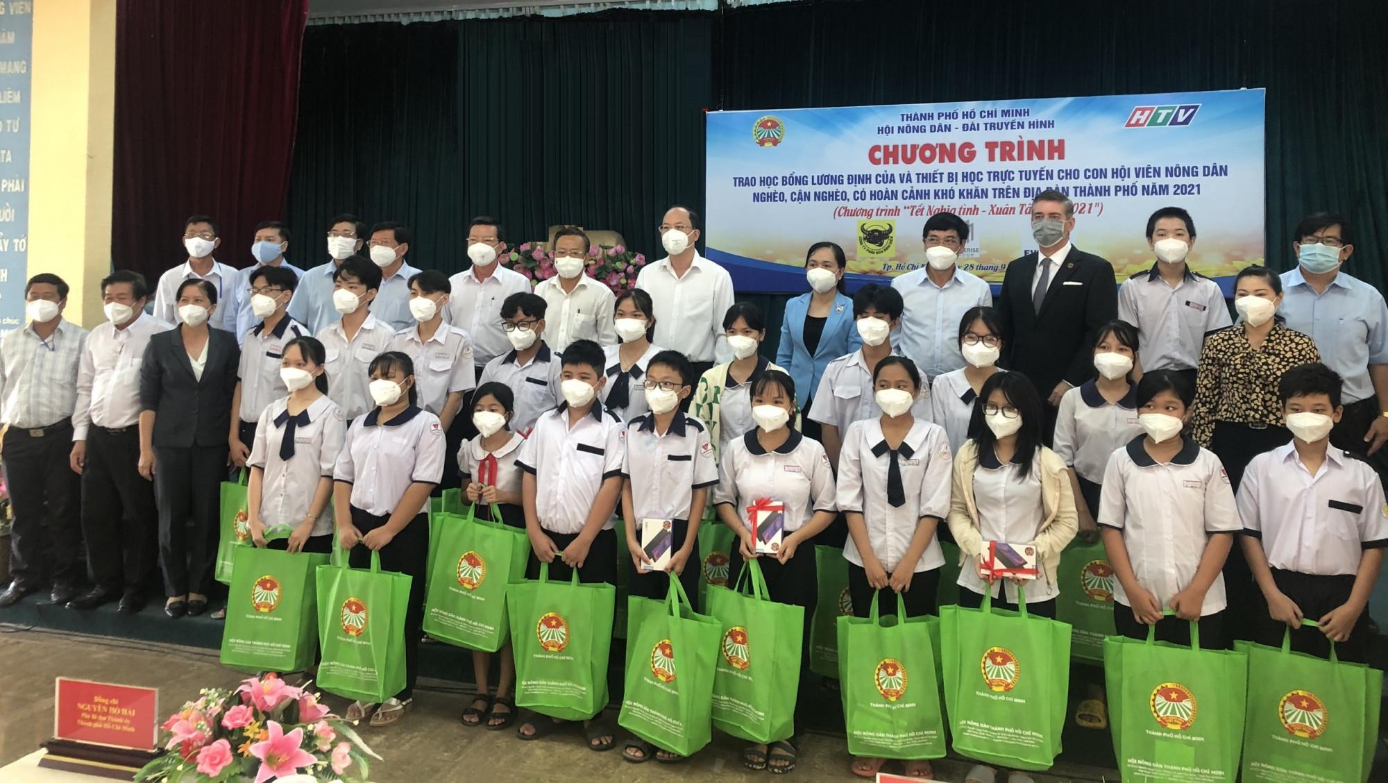 Đại diện các doanh nghiệp và Hội Nông dân TPHCM trao học bổng Lương Định Của cho các em học sinh tại Hội trường Huyện ủy Cần Giờ sáng 28/9/2021 - Ảnh: EVNHCMC