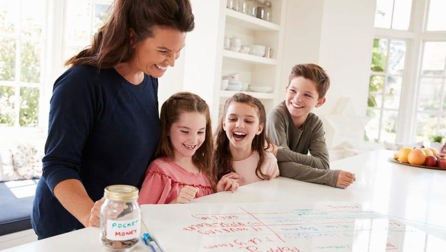 Bố mẹ nên dạy cho con các kiến thức và kỹ năng tiết kiệm từ sớm - Ảnh: Getty Images