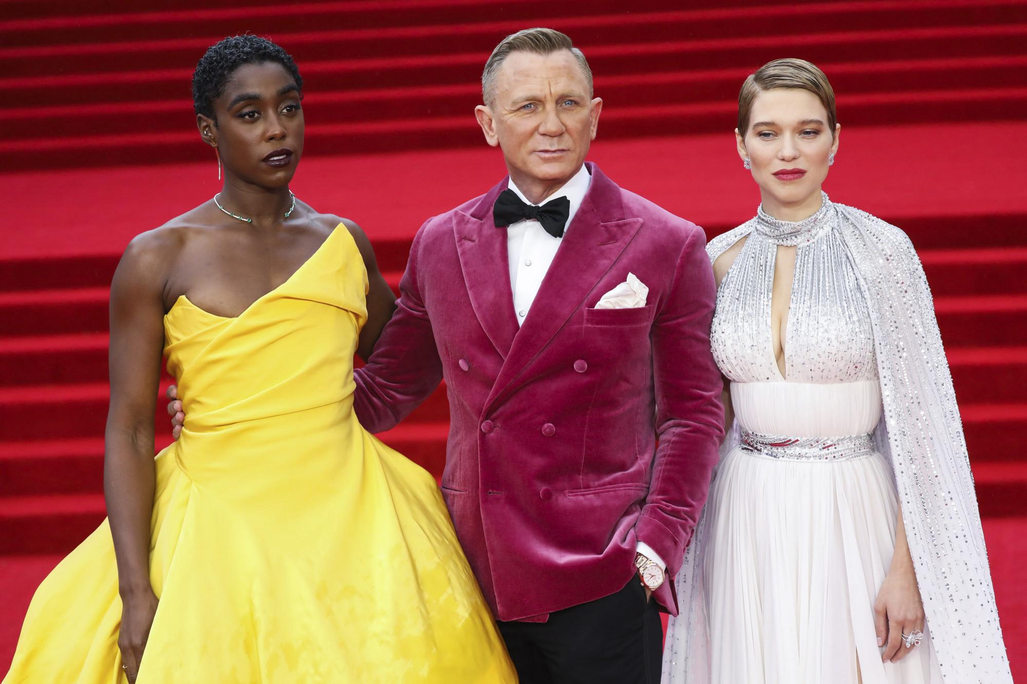 Diễn viên Lashana Lynch, Daniel Craig và Lea Seydoux trên thảm đỏ buổi ra mắt phim.