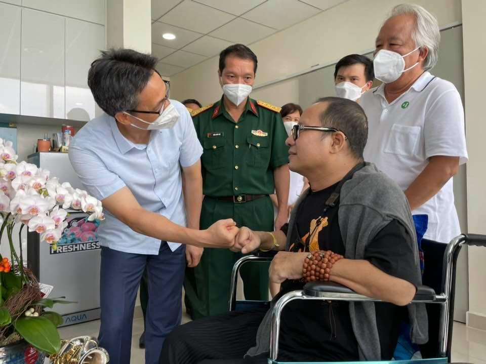Phó Thủ tướng Vũ Đức Đam bắt tay nghệ sĩ Trần Mạnh Tuấn