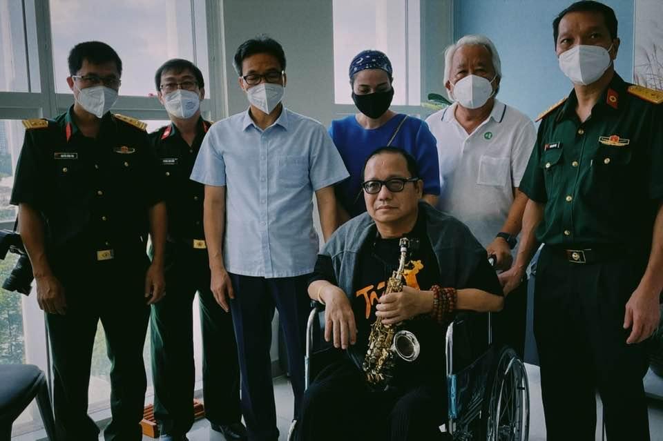 Phó Thủ tướng Vũ Đức Đam (thứ ba từ trái sang) trong buổi thăm nghệ sĩ Trần Mạnh Tuấn sáng 29/9