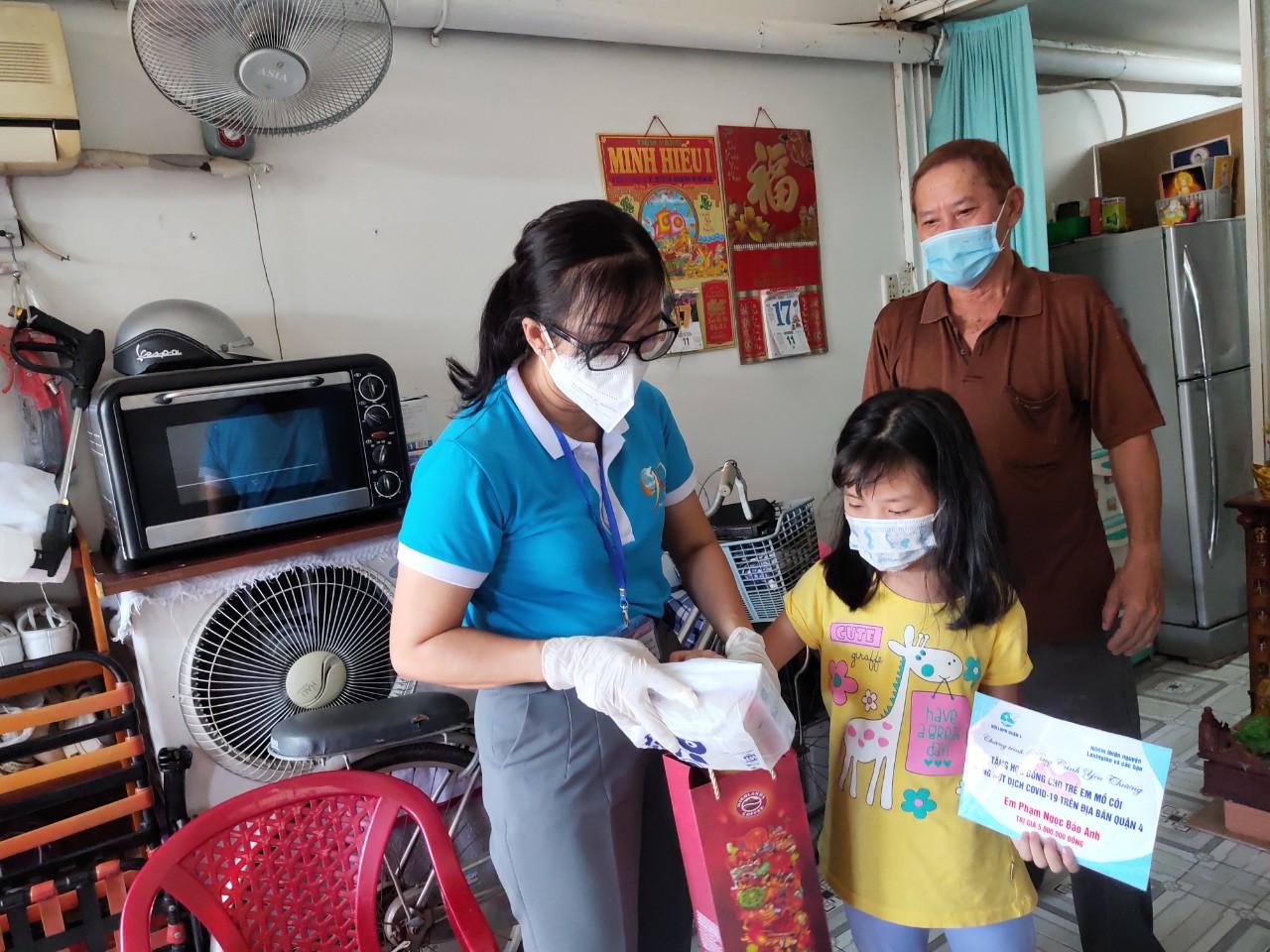 Hội LHPN quận 4 trao quà cho trẻ em mồ côi vì COVID-19