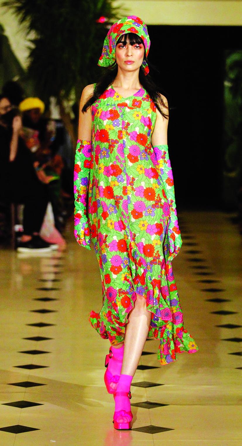 Những chiếc khăn trùm đầu cùng tông trang phục của thương hiệu Anna Sui