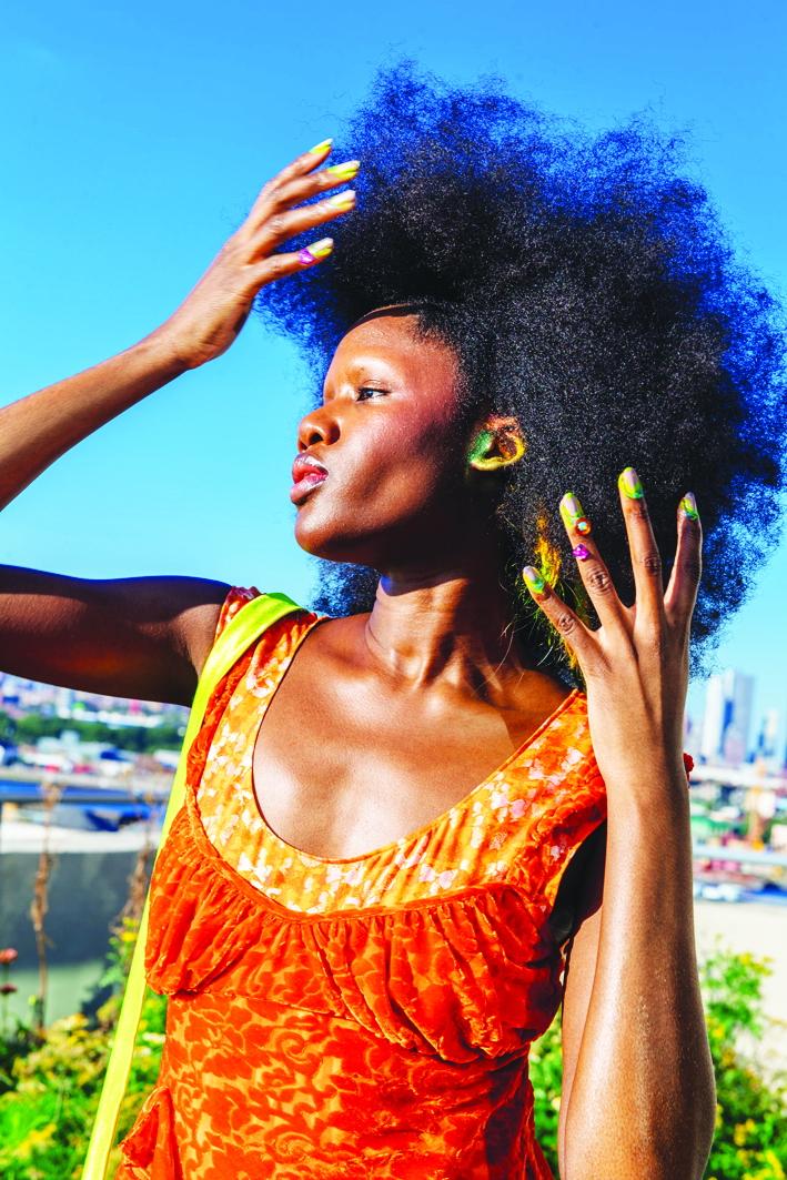 Đôi tai người mẫu thương hiệu Collina Strada được xịt sơn
