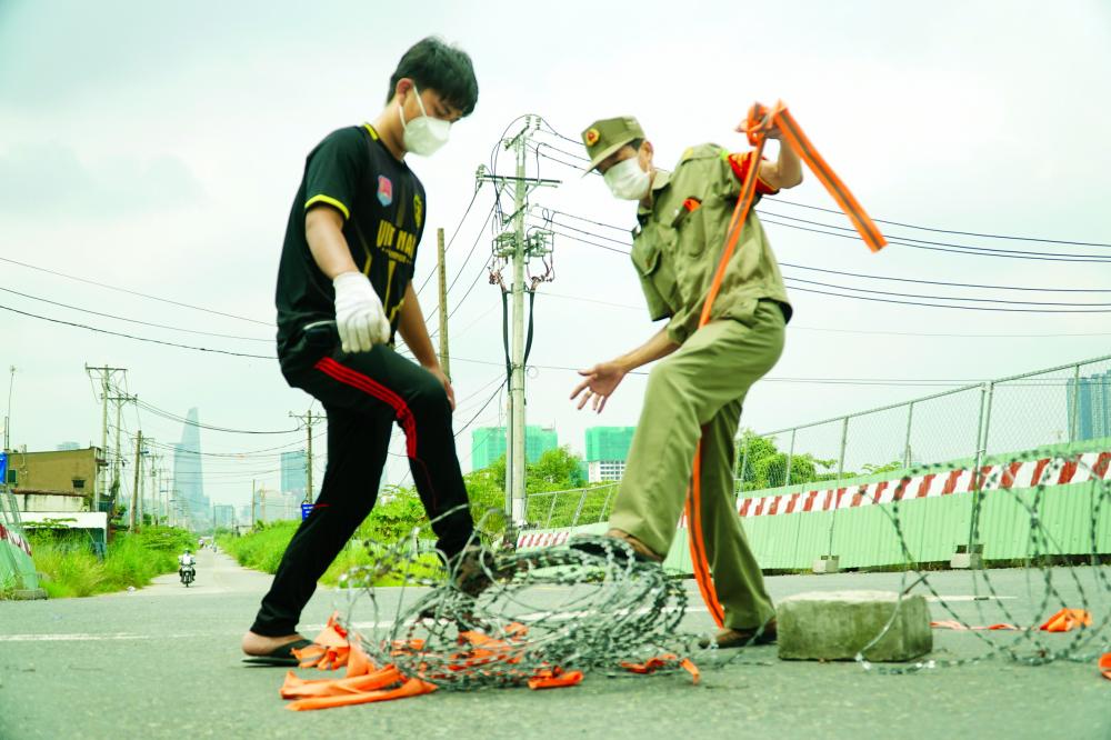 Trong ngày 30/9, nhiều rào chắn trên đường phố TP.HCM được tháo dỡ để chuẩn bị cho ngày bình thường mới ẢNH: TAM NGUYÊN