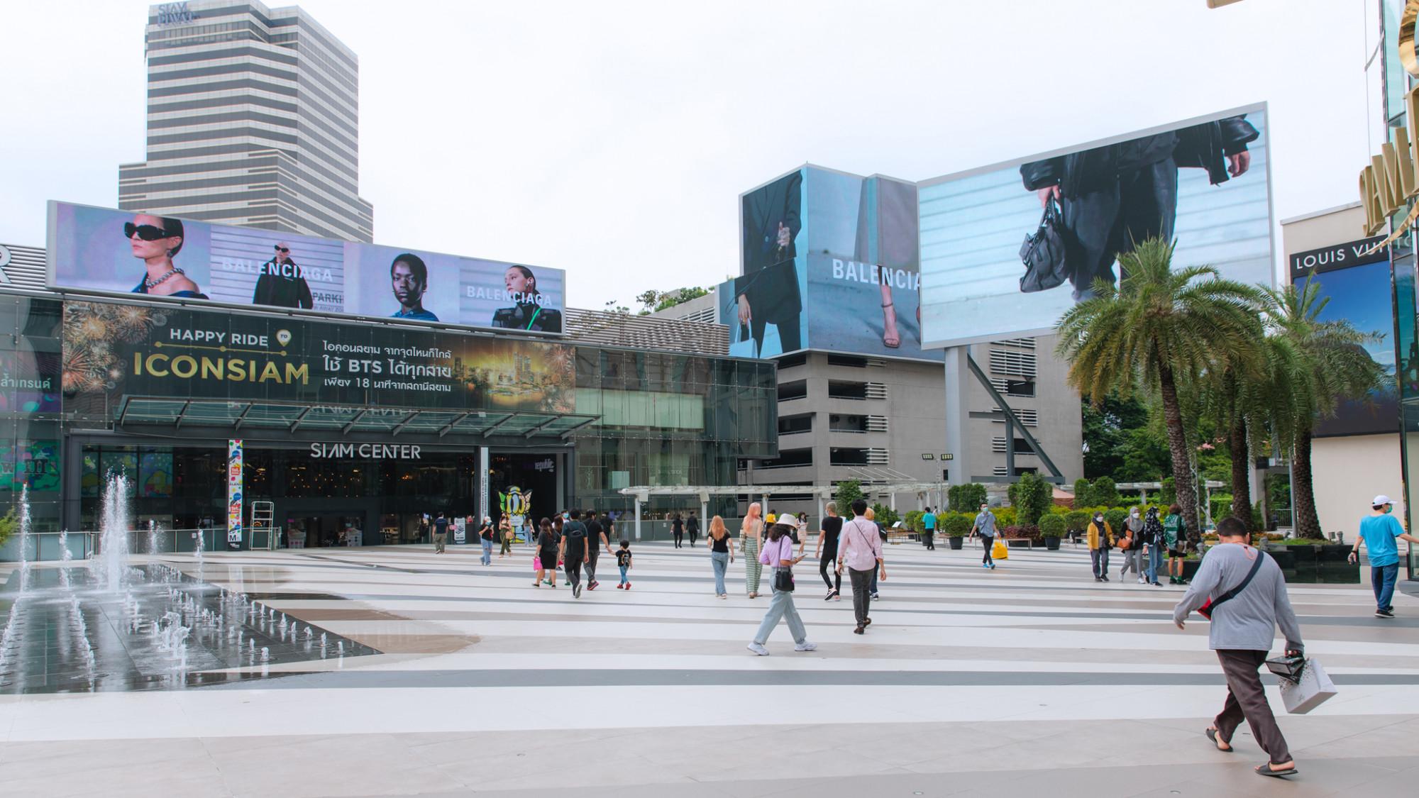 """Thái Lan: Ngay đầu tiên dỡ bỏ hạn chế, người dân vui mừng được trở lại cuộc sống bình thường nhưng tỏ ra khá thận trọng và dè chừng, tại các trung tâm mua sắm lớn và công viên bắt đầu ghi nhận một số ít lượt khách. Từ ngày 1/9, Thái Lan đã nới lỏng nhiều biện pháp phòng dịch COVID-19 nghiêm ngặt tại 29 tỉnh, thành phố bị ảnh hưởng nặng, áp dụng biện pháp mới """"Kiểm soát thông minh và sống chung với COVID-19"""", nhằm từng bước đưa đất nước quay trở lại cuộc sống bình thường mới.  Các chuyến bay thương mại nội địa được nối lại, trung tâm mua sắm, tiệm cắt tóc, tiệm làm đẹp, massage và các câu lạc bộ thể thao được phép hoạt động trở lại. Các quán ăn được phép phục vụ khách đến 20 giờ nhưng phải đảm bảo nhân viên được tiêm chủng đầy đủ và xét nghiệm thường xuyên. Từ ngày 1/10, Thái Lan cũng bắt đầu tái mở cửa du lịch trở lại theo 4 giai đoạn."""