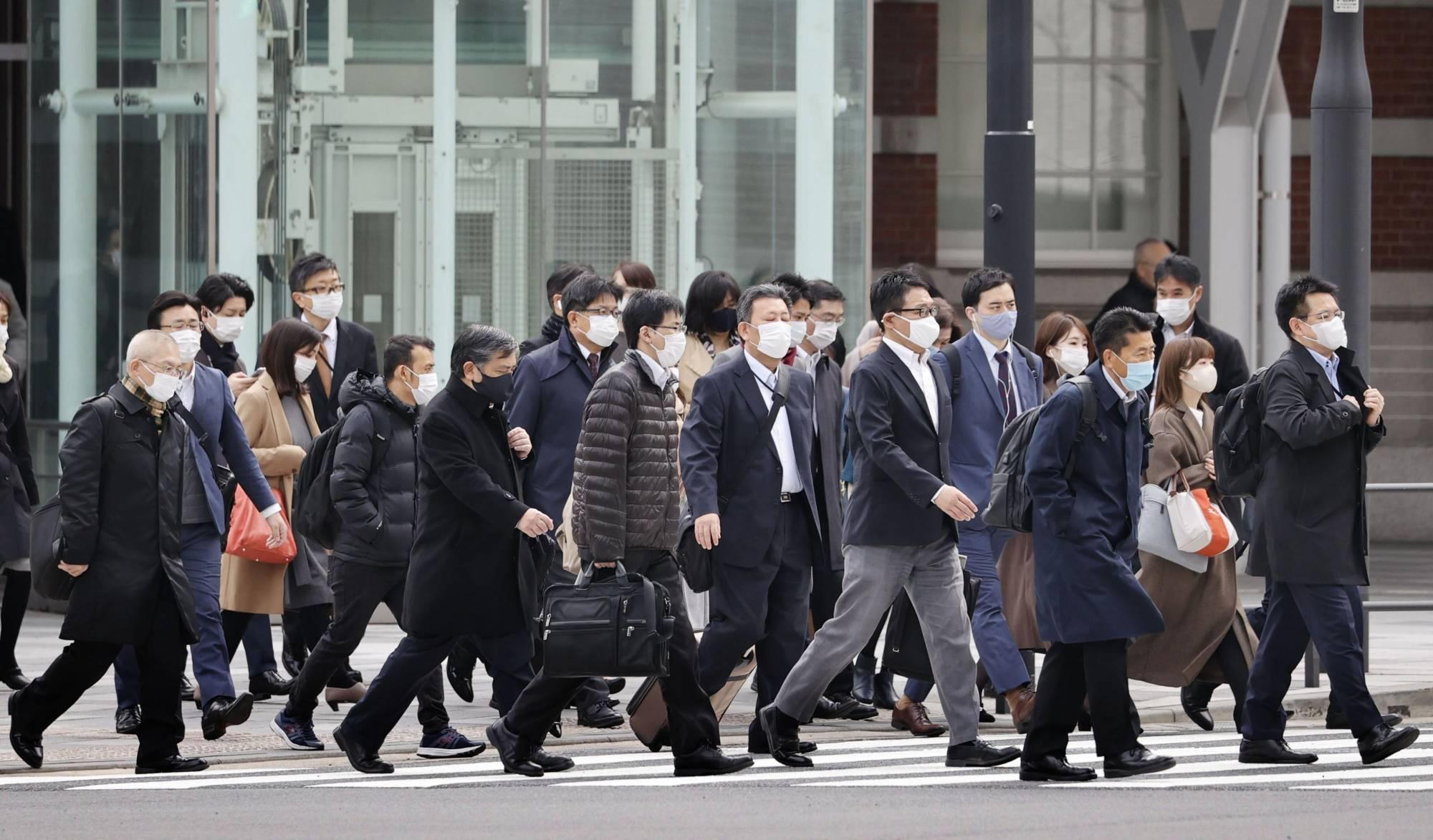 Nhật Bản: Sáng 1/10, người dân Nhật Bản vui mừng khi chính phủ chính thức dỡ bỏ tình trạng khẩn cấp đối với 19 tỉnh như Hokkaido, Tokyo, Aichi, Osaka, Hiroshima… cũng như hủy bỏ tất cả biện pháp ưu tiên phòng chống lây lan được ban hành tại 8 tỉnh. Lượng người lưu thông trên đường lớn hơn so với những người trước tuy nhiên người dân vẫn thận trọng tuân thủ các   biện pháp phòng dịch đeo khẩu trang, không tụ tập đông người. Các quán ăn và cơ sở thương mại được quay trở lại hoạt động bình thường… nhưng vẫn duy trì một số hạn chế. Hiện, chính phủ Nhật Bản cũng soạn thảo kế hoạch nới lỏng hơn bằng cách thiết lập các chính sách như hộ chiếu vắc xin, củng cố hệ thống y tế để ngăn chặn làn sóng lây nhiễm tiếp theo. Tính đến nay, Nhật Bản đã tiêm chủng đầy đủ hơn 58% dân số.