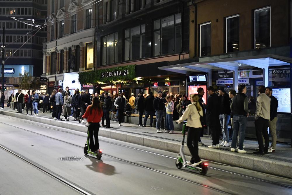 Na Uy: Ngày 25/9, người dân Na Uy đổ xô ra đường ăn mừng việc chấm dứt các hạn chế COVID-19 kéo dài hơn một năm rưỡi. Tuy nhiên do lượng người quá lớn cũng gây ra không ít vụ náo loạn, ẩu đả trên khắp các thành phố lớn của đất nước Bắc Âu.  Với quyết định nới lỏng toàn bộ các biện pháp hạn chế, các sự kiện văn hóa, thể thao có thể hoạt động 100% công suất, các nhà hàng cũng được phục vụ số khách không giới hạn và các câu lạc bộ ban đêm cũng được phép mở cửa trở lại. Thủ tướng Erna Solberg nhấn mạnh người dân Na Uy giờ đây có thể trở lại cuộc sống bình thường. Theo thống kê, khoảng 67% dân số Na Uy đã được tiêm đủ 2 liều vắc xin.