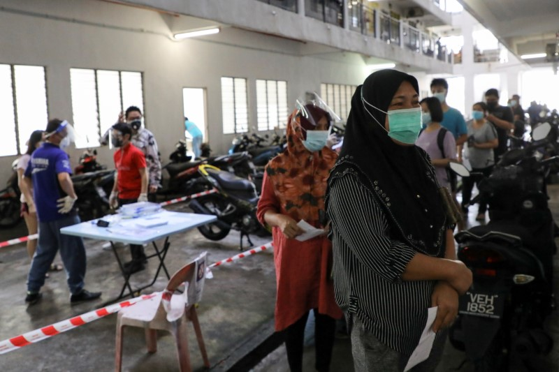Malaysia: Sau nhiều tháng phong tỏa, Malaysia bắt đầu cuộc sống bình thường mới có hiệu lực từ ngày 10/8, nới lỏng nhiều hạn chế cho người dân đã hoàn thành tiêm vắc xin ngừa COVID-19. Những cặp vợ chồng sống xa nhau đã lâu hạnh phúc khi di chuyển giữa các bang về thăm nhau, trong khi các bậc phụ huynh có thể đi thăm con dưới 18 tuổi. Ngoài ra, những người đã được chủng ngừa đầy đủ còn được phép cầu nguyện ở các địa điểm thờ tự, vào nhà hàng ăn uống… Khi gặp lực lượng chức năng, những ai thuộc diện được nới lỏng chỉ cần trình chứng nhận điện tử cho thấy họ đã hoàn thành tiêm vắc xin COVID-19.