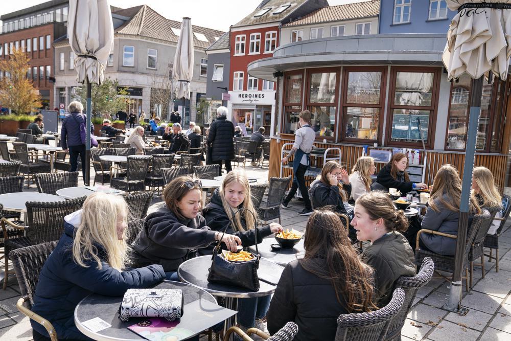 """Đan Mạch: Cuộc sống bình thường của người dân dần trở lại khi hơn 80% dân số được tiêm chủng đầy đủ. Theo đó chính phủ Đan Mạch không còn coi COVID-19 là """"một căn bệnh nguy hiểm cho xã hội"""". Từ ngày 10/9, Đan Mạch đã dỡ bỏ quy định sử dụng """"hộ chiếu vắc xin"""" khi vào các câu lạc bộ đêm, chấm dứt việc áp đặt các biện pháp hạn chế phòng, chống COVID-19, ngay lập tức mọi người hào hứng ra đường, đến các nhà hàng ăn uống. Dẫu vậy, Bộ trưởng Y tế Magnus Heunicke vẫn cảnh báo: """"chúng tôi chưa thoát khỏi dịch bệnh"""" và chính phủ sẽ hành động nếu cần thiết."""