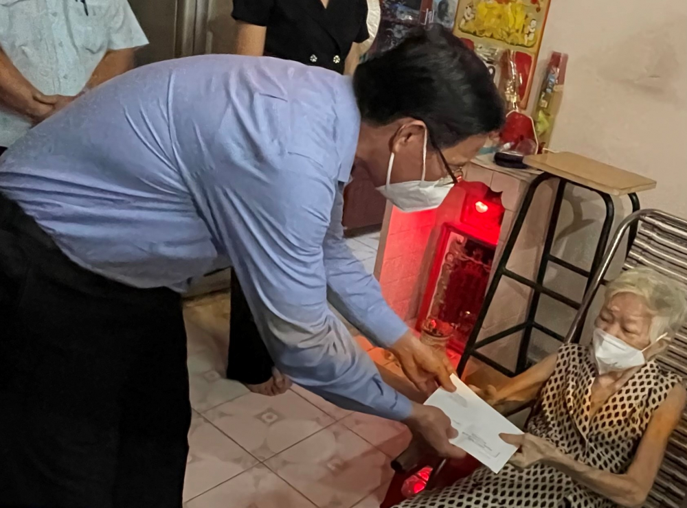 Chủ tịch UBND TPHCM Phan Văn Mãi tặng quà chúc thọ cho ông