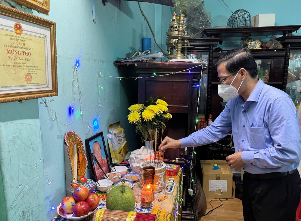 Chủ tịch UBND TPHCM Phan Văn Mãi chia sẻ cùng những gia đình mất người thân vì COVID-19. Ảnh: Tường Lam.