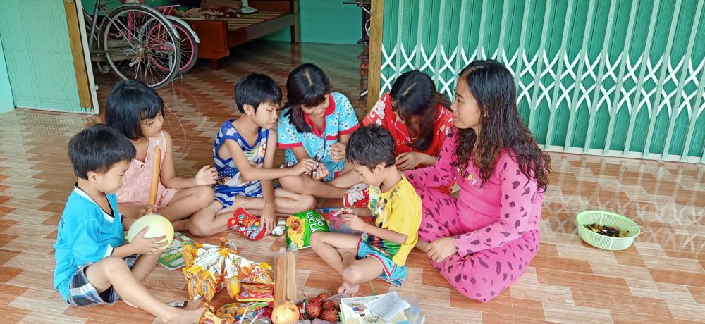 Ngày Trung thu, các con của chị Trang - anh Lộc được hàng xóm tặng nhiều bánh kẹo và tập sách đi học