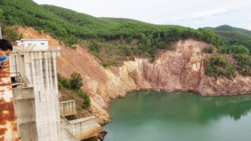 Khu vực sạt lở đất, đá xảy ra ở vai trái chân đập thủy điện Hương Điền từ mùa lũ năm 2020 đến nay vẫn còn  - ẢNH: THUẬN HÓA