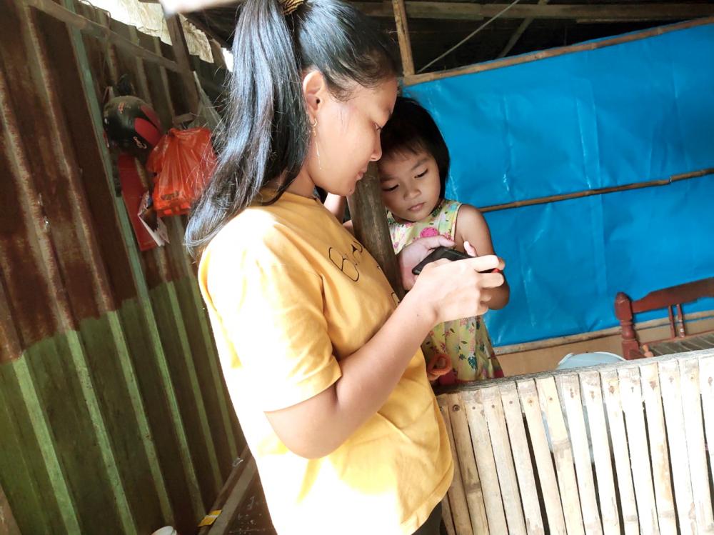 Suốt bốn tháng qua, dịch bệnh khiến ba mẹ con chị Thuận chỉ quẩn quanh bên con rạch nhỏ ở hông nhà