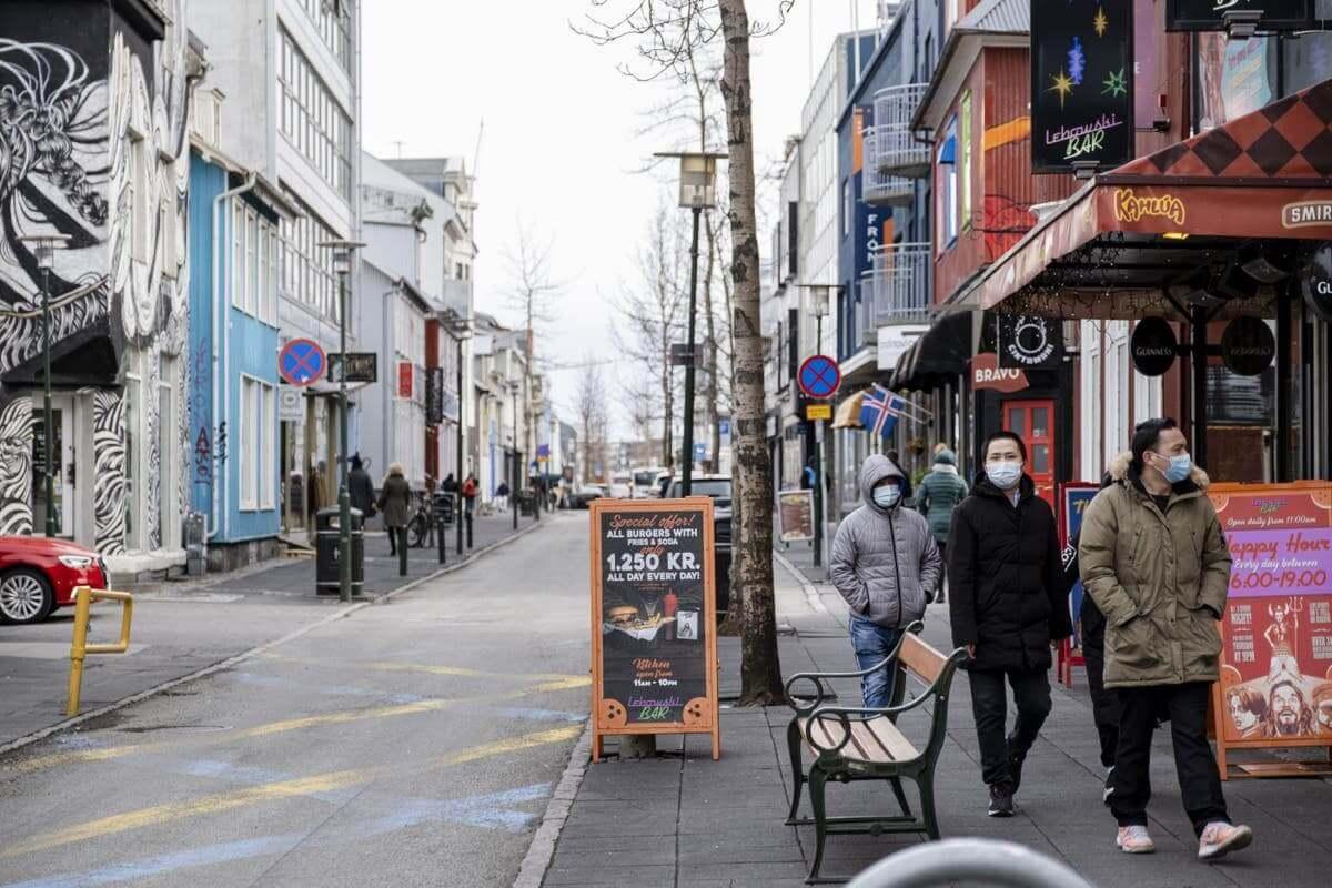 Iceland là nước đầu tiên tại châu Âu dở bỏ toàn bộ các hạn chế COVID-19, bao gồm đeo khẩu trạng, hạn chế tụ tập đông người, các quán bar, nhà hàng cũng được mở cửa trở lại như bình thường… bắt đầu từ ngày 25/6. Trước khi tiến tới quyết định này, Iceland đã từng bước thực hiện lộ trình nới lỏng dần dần theo 4 giai đoạn.