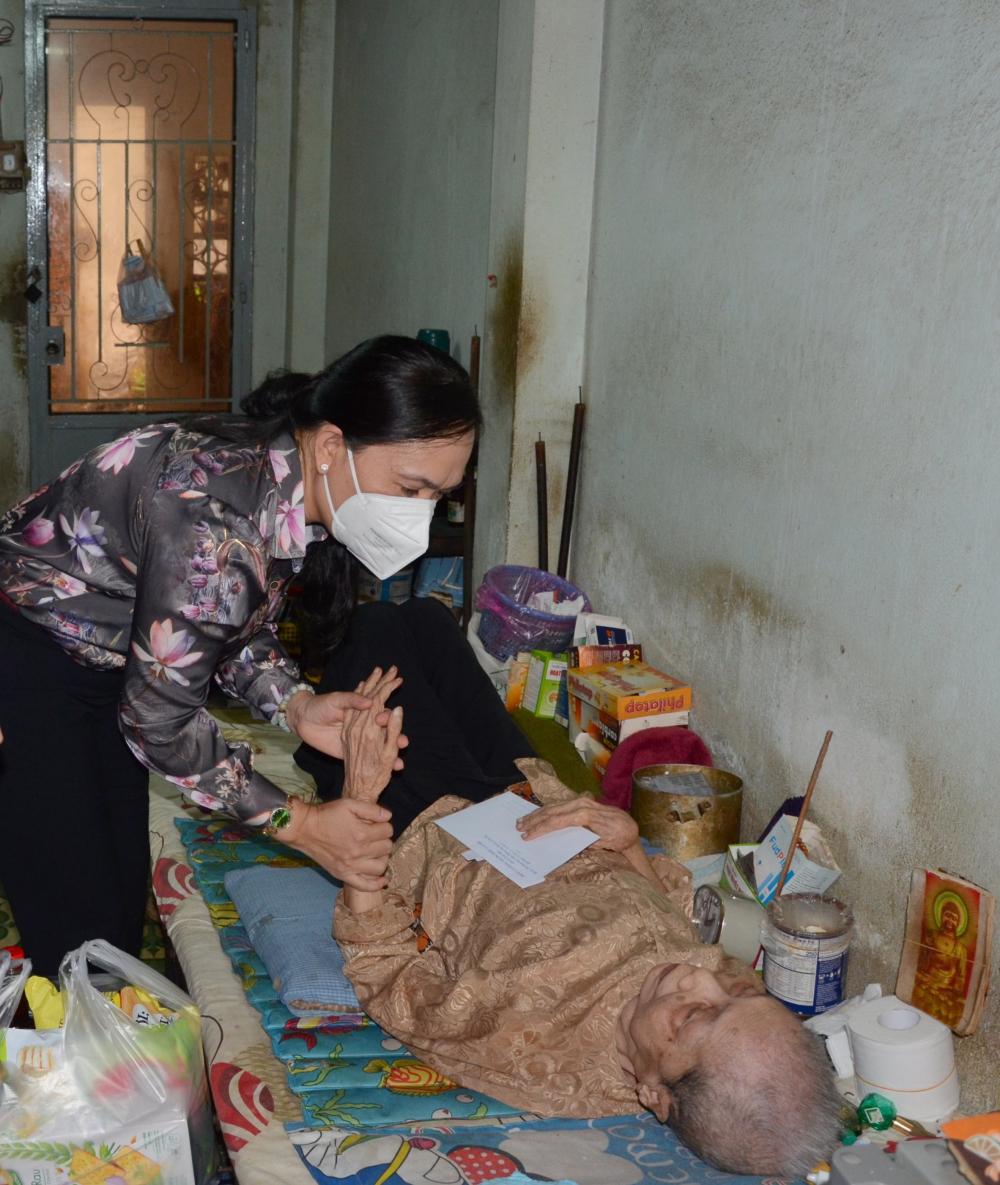 Chủ tịch Hội Nông dân TPHCM Nguyễn Thanh Xuân thăm, chúc thọ người cao tuổi tại quận Tân Phú. Ảnh: Tường Lam.