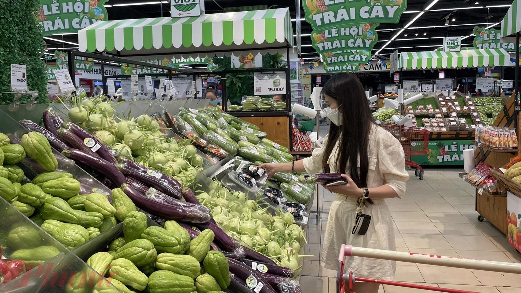 Người tiêu dùng mua sắm tại siêu thị LOTTE Mart quận 7, TP HCM.