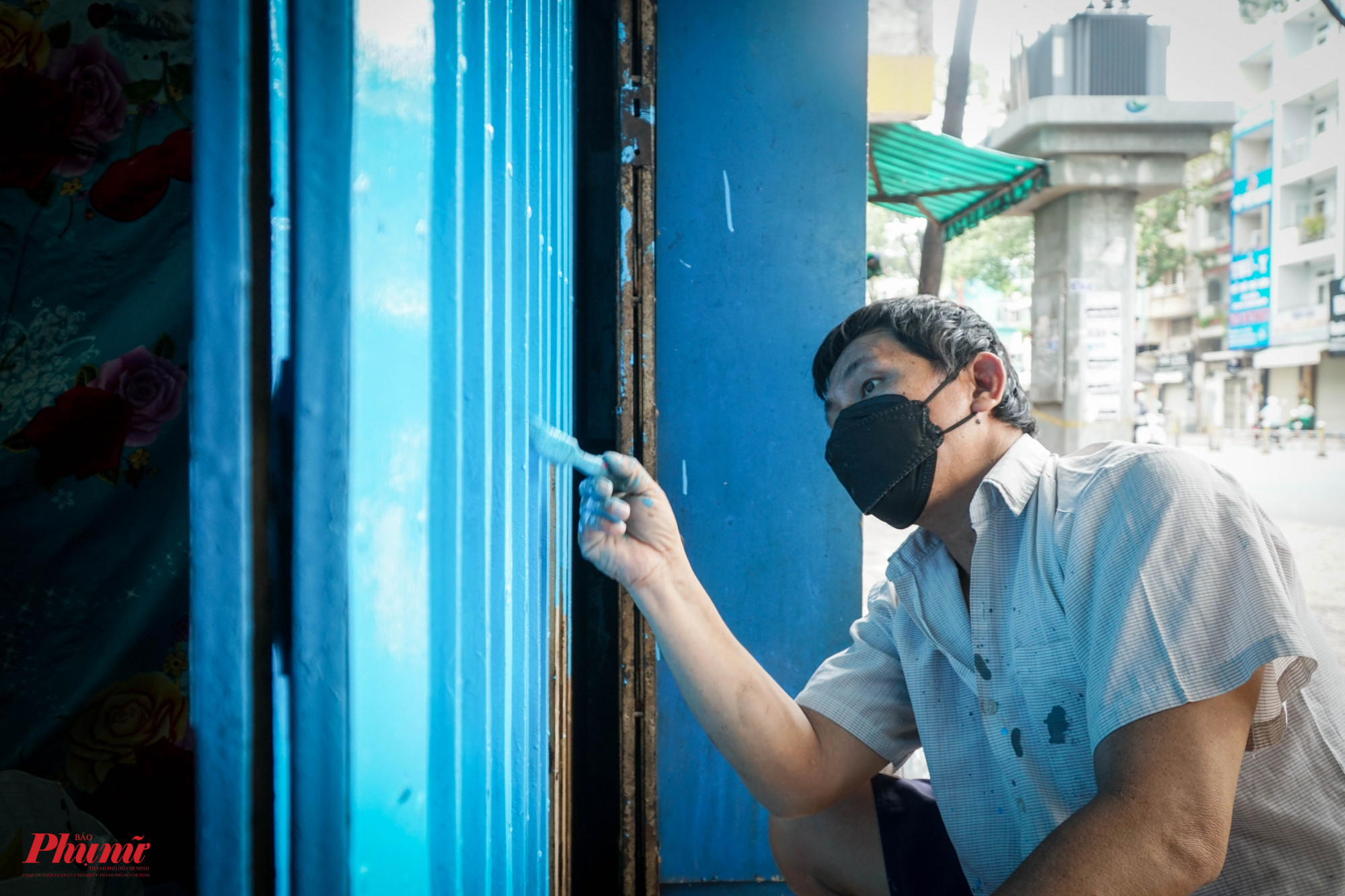 Một vài họ tranh thủ sơn lại cửa nhà đê được may mắn hơn