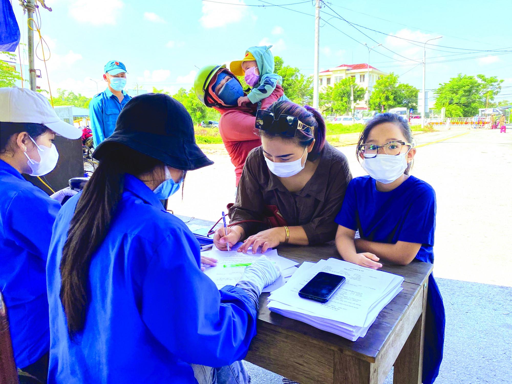 Phụ huynh và học sinh Đà Nẵng khai báo y tế tại chốt cửa ngõ phía bắc - ẢNH: LÊ ĐÌNH DŨNG