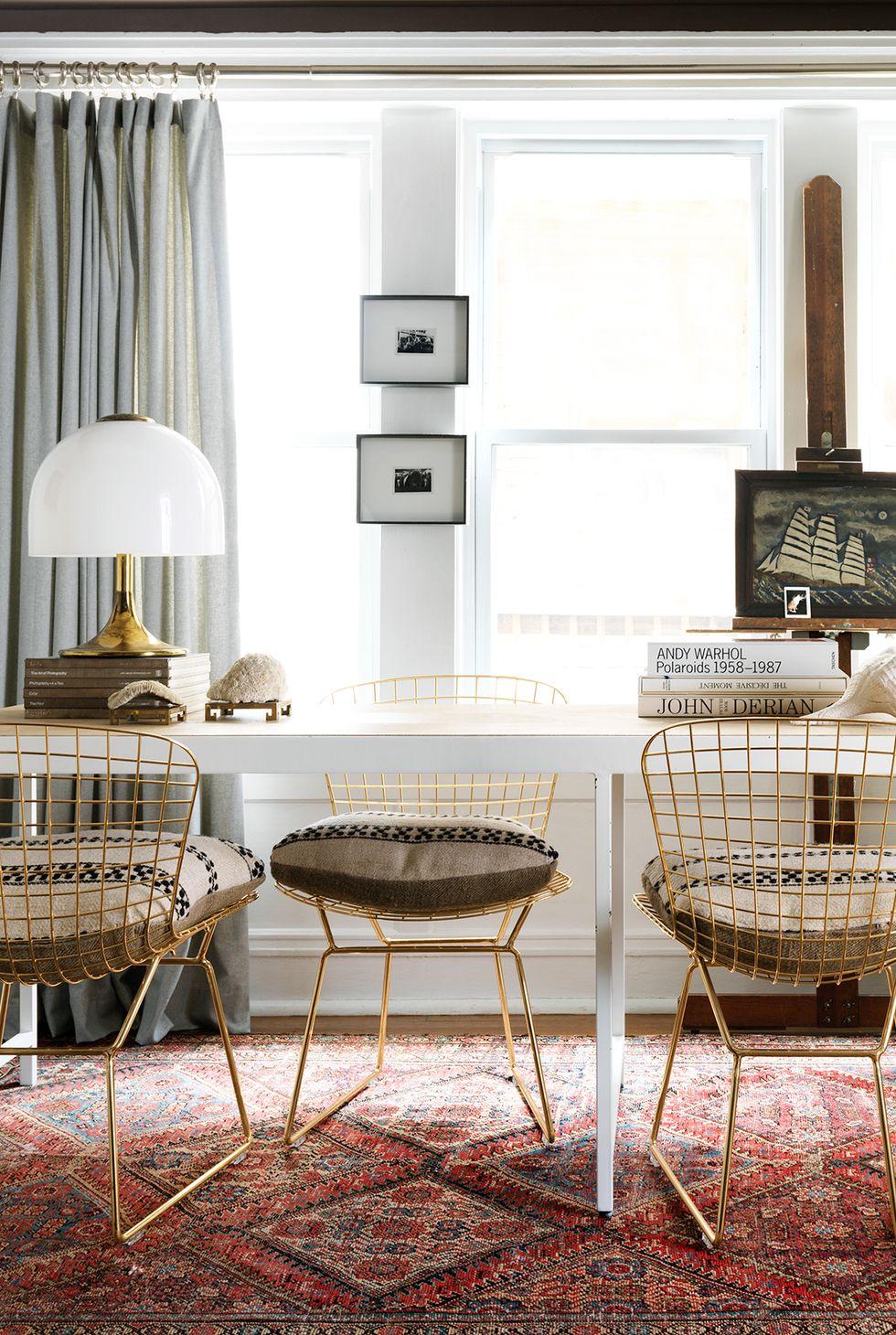 Kết hợp phòng ăn và phòng làm việc tại nhà của bạn với một chiếc bàn dài kiểu mô-đun có thể hoạt động như một bề mặt cho cả ăn uống và làm việc. Trong không gian này được thiết kế bởi Devin Kirk , những chiếc ghế được kê so le nhau để gia chủ có thể trải ra và xuống kinh doanh cùng một lúc.