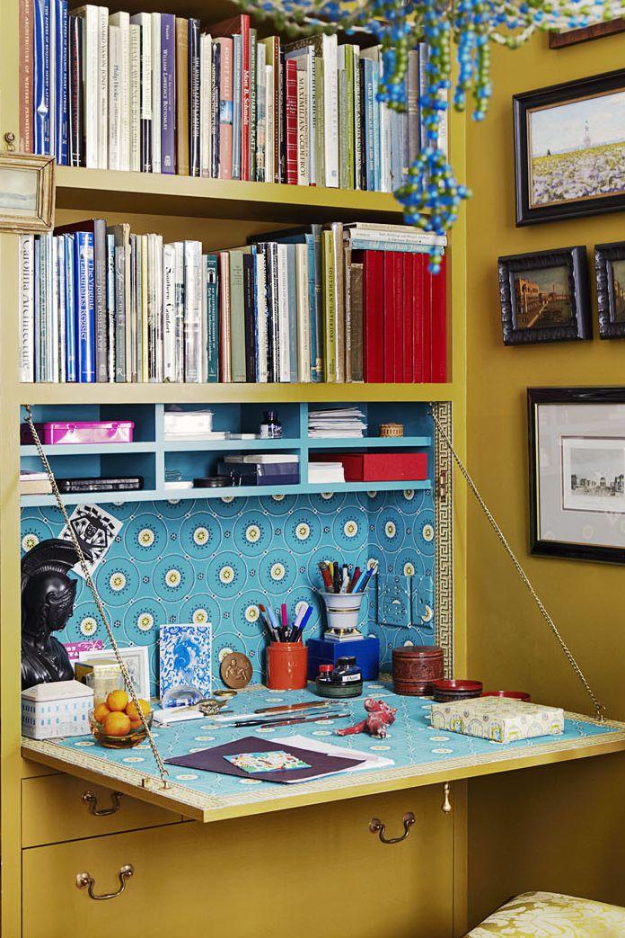 Bàn làm việc tự làm hoặc gấp tùy chỉnh là lựa chọn tốt nhất cho không gian làm việc tại nhà nhỏ, nơi không có thêm đồ đạc trong danh sách. Brockschmidt và Coleman đã tùy chỉnh giá sách tích hợp này với một bàn gấp để có thể ẩn công việc vào cuối ngày. Ngoài tầm nhìn, khuất tầm nhìn — và khuất nẻo.