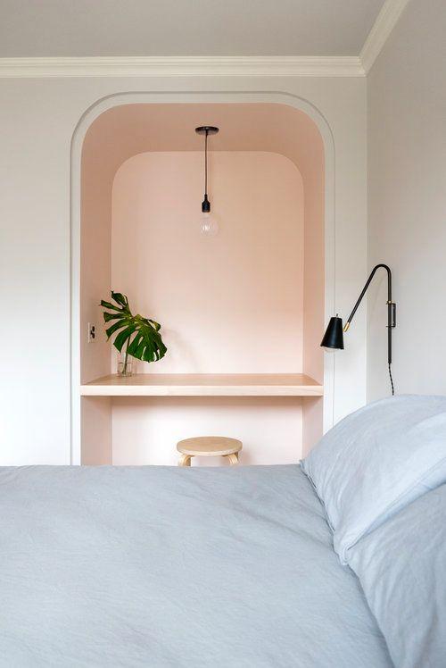 Bởi vì nó nằm trong một hốc tường, bàn làm việc trong phòng ngủ này cảm thấy hoàn toàn tách biệt với phần còn lại của không gian. Mặc dù một ngóc ngách kiến trúc có thể làm cho một chiếc bàn kết hợp kệ nổi trông gọn gàng hơn, một chiếc kệ nổi ở bất kỳ góc cũ nào cũng sẽ làm được. Được thiết kế bởi Shapeless Studio , từng ngóc ngách trong căn hộ ở NYC này đều phát huy hết tiềm năng của nó.