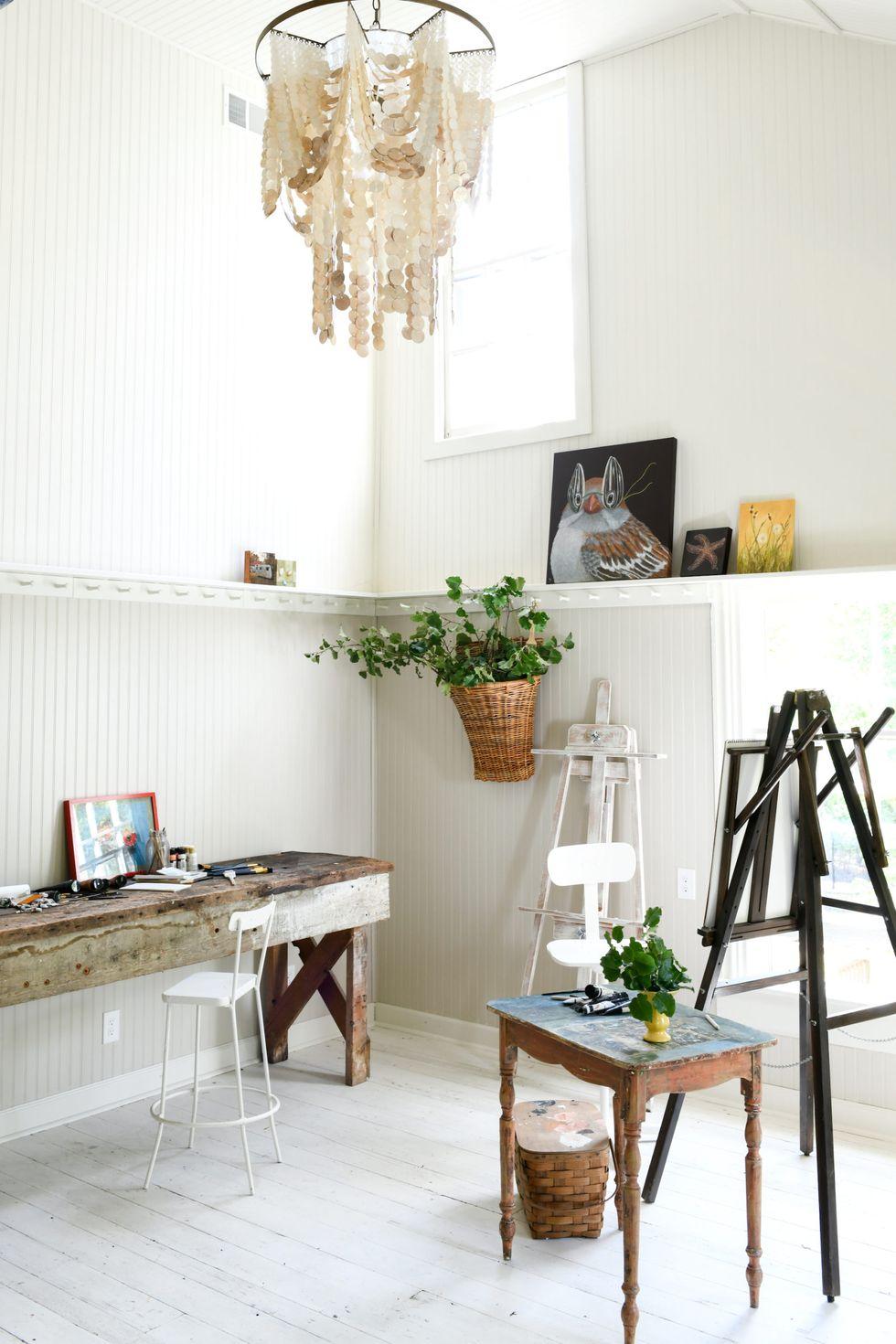 Sử dụng một chiếc ghế dài cũ, bàn phụ hoặc bàn điều khiển như Leanne Ford đã làm trong khóa tu của nghệ sĩ này. Nếu bạn chọn một mảnh gỗ khai hoang hoặc tùy chọn ngoài trời mộc mạc, bạn sẽ không phải quá quý trọng nó, đặc biệt nếu bạn làm việc với sơn và các vật liệu lộn xộn khác với tư cách là một nghệ sĩ hoặc nhà thiết kế.