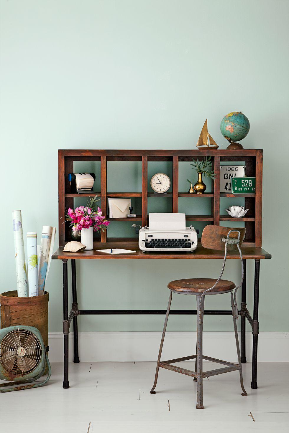 Xếp chồng giày hoặc đơn vị kệ nổi DIY lên trên bàn điều khiển để tăng thêm không gian lưu trữ. Nó không chỉ trông thú vị hơn về mặt trực quan mà chắc chắn sẽ giúp bạn luôn ngăn nắp.