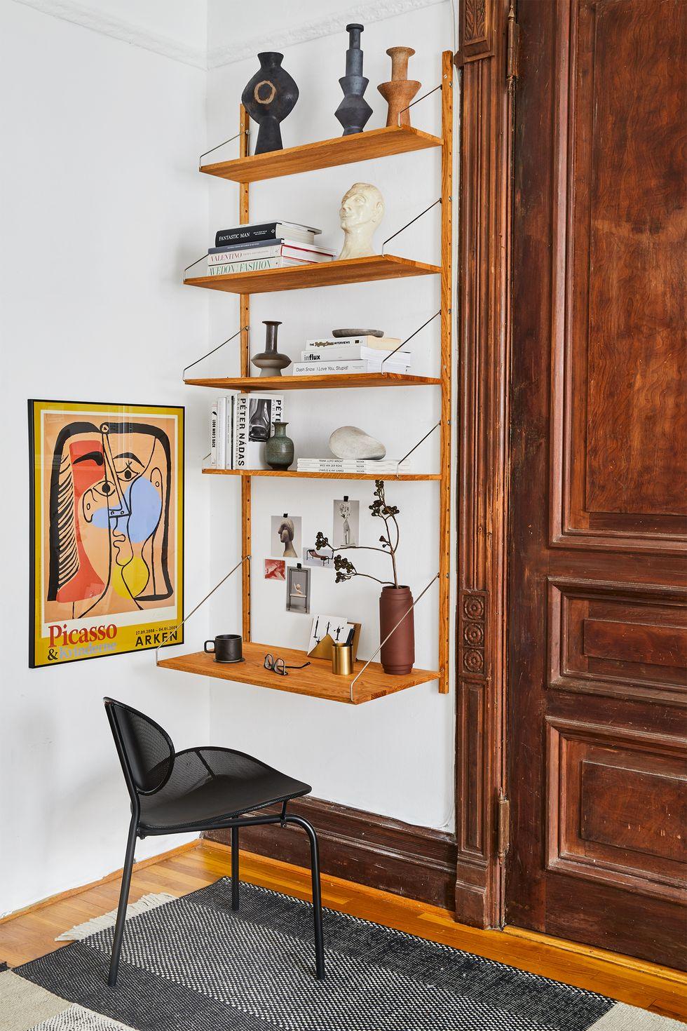Bằng cách lắp đặt một bộ giá đỡ trên tường ở một góc không sử dụng trong căn hộ của mình, Tariq Dixon , người đồng sáng lập thương hiệu nội thất TRNK, đã biến một không gian nhỏ bé thành nơi nghỉ dưỡng của một nhà văn.