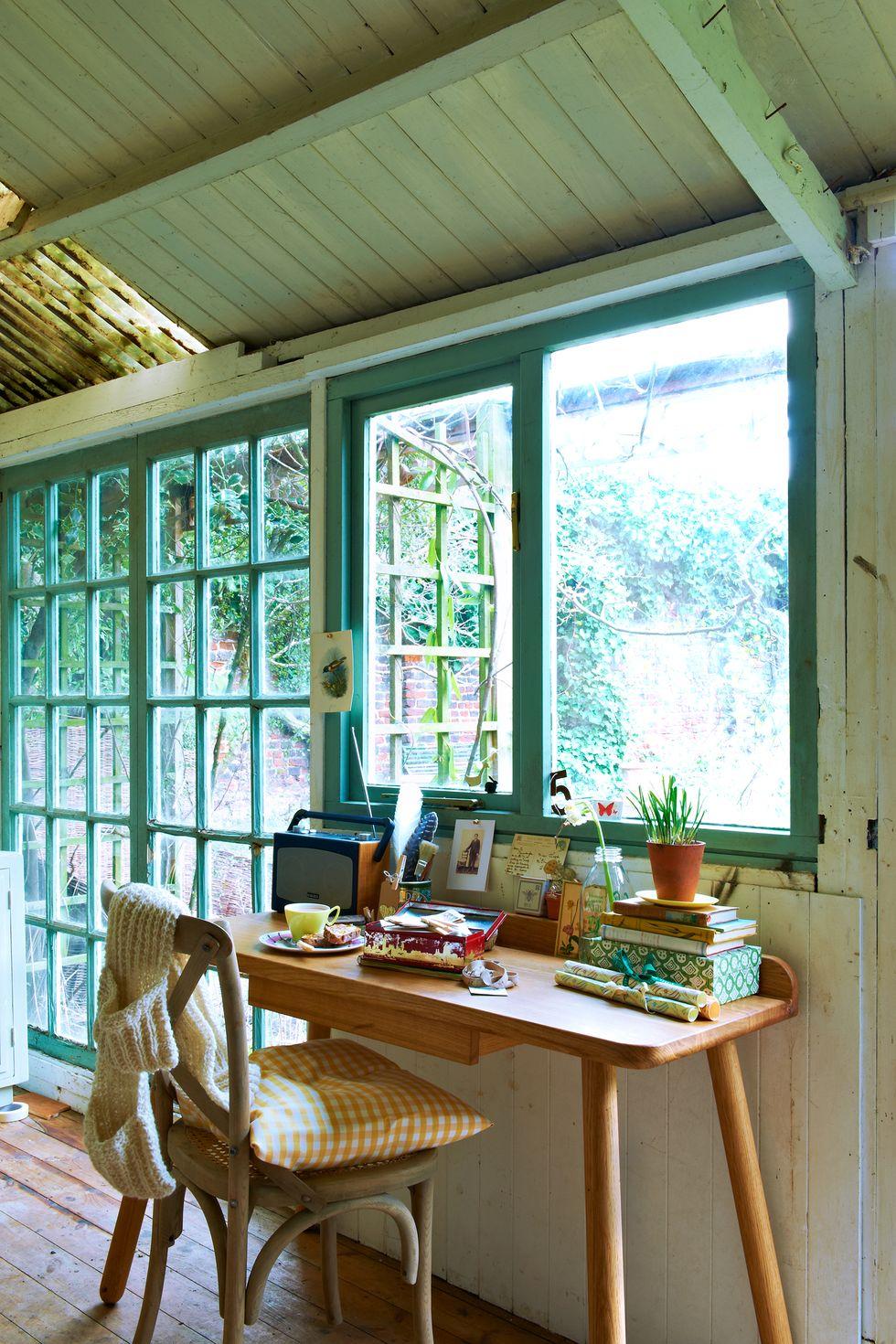 Những cây xanh tươi tạo nên khung cảnh cho một văn phòng làm việc tại nhà êm dịu do Ingrid Rasmussen thiết kế . Bộ dụng cụ này cho phép bạn tự lắp ráp một chiếc bàn gỗ tương tự chỉ trong một vài bước dễ làm theo.