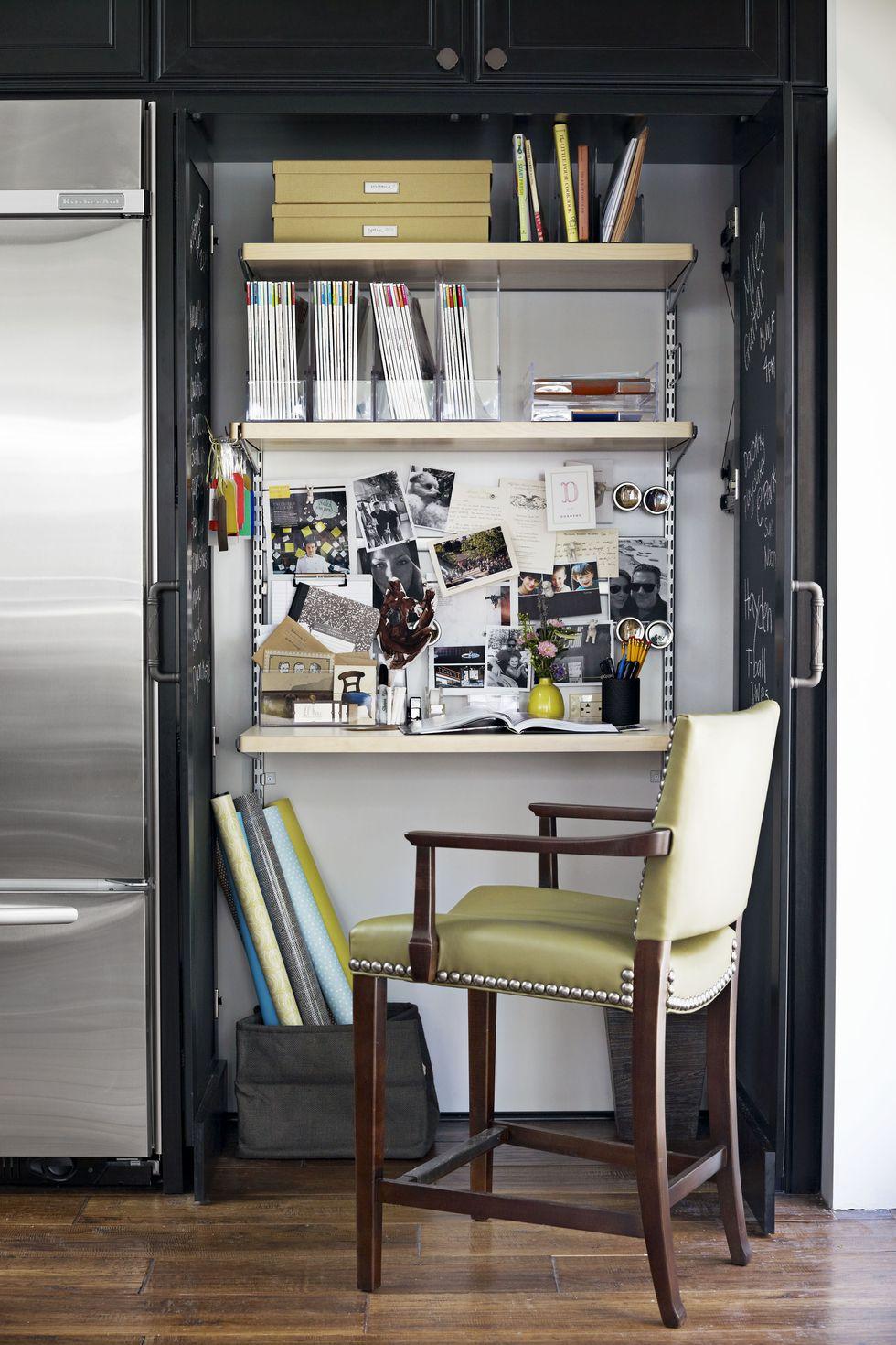 Phòng bếp đã được chuyển đổi này chứng minh rằng bạn có thể làm cho mọi không gian thân thiện với công việc bằng các công cụ tổ chức phù hợp. Nếu diện tích bề mặt của bạn đủ lớn, hãy sử dụng các khay trên bàn để xếp chồng lên nhau và giữ cho giấy tờ của bạn ngăn nắp. Nếu bạn không có chỗ trên bàn làm việc, hãy cố định một tấm bìa cót vào tường và tận dụng các bất động sản thẳng đứng.