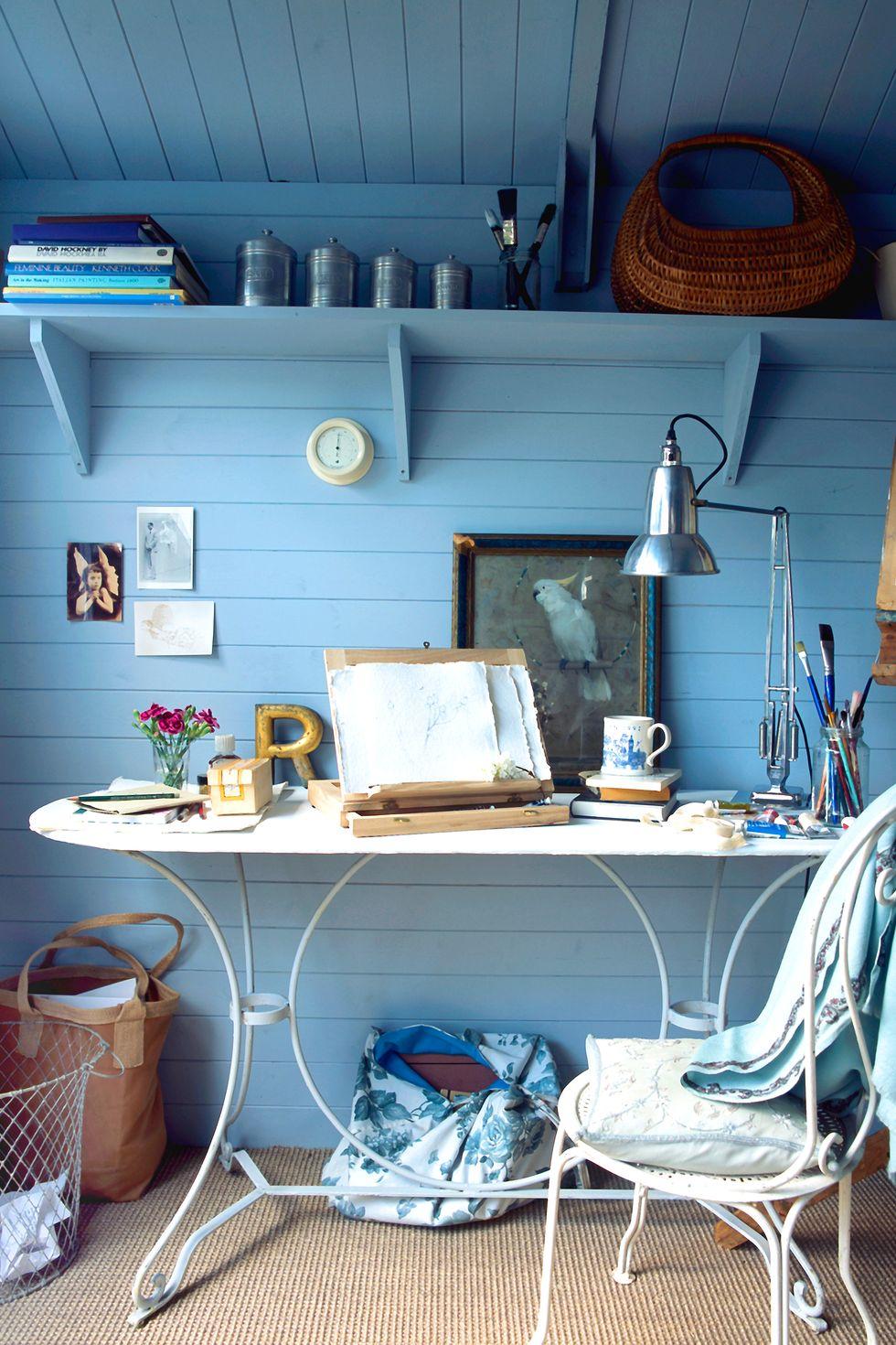 Làm sống lại bàn console không sử dụng hoặc bàn ngoài trời bằng lớp sơn mới (hoặc để nguyên như vậy trong những không gian mộc mạc hơn). Ở đây, sắc trắng nổi bật trên nền xanh lam đơn sắc, trong khi một chiếc gối ném thoải mái tạo nên một chiếc ghế sân vườn bằng sắt cho trong nhà.